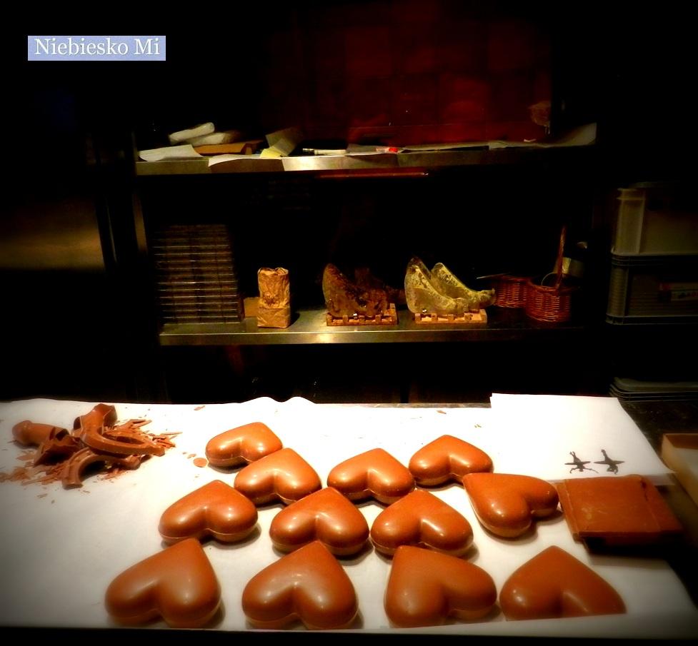 4dc9d2e14d9dc5 Historia czekolady liczy ok. 2,8 tys. lat, choć zaledwie od niespełna 200  lat jemy ją w tabliczkach i bombonierkach. Ludy mezoamerykańskie piły ją  nie na ...
