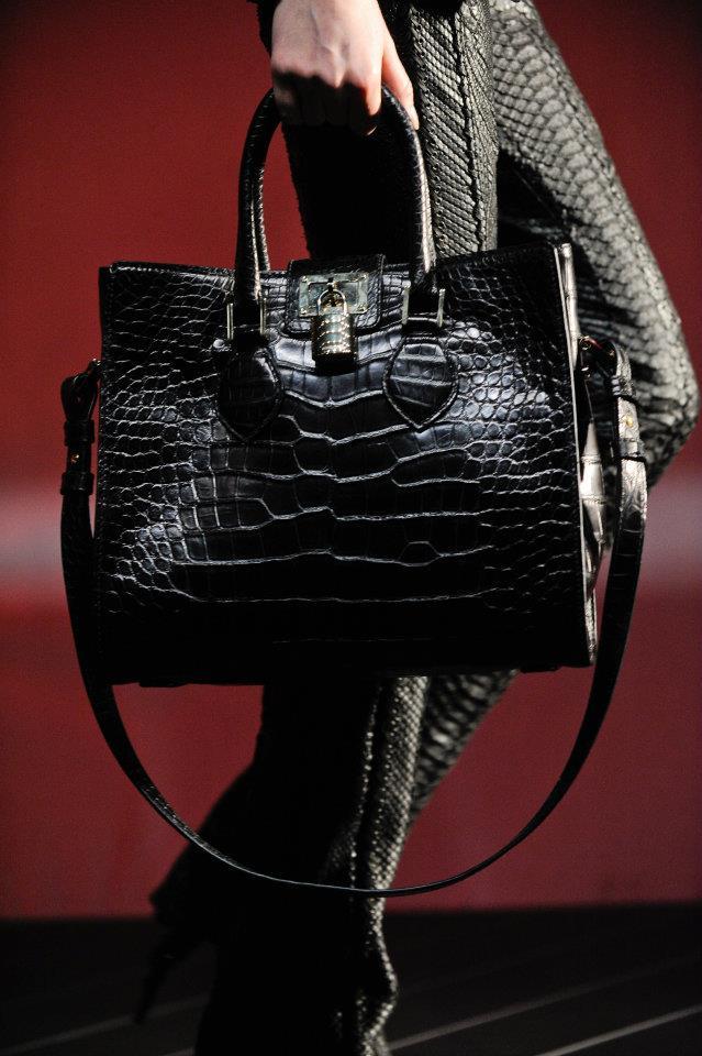 5b8156c3d955e Roberto Cavalli'nin çantalarını dikkatle inceledim sonuç olarak bu yaz bol  bol crocodil deri ve renkli çantalar kullanılacak buna emin oldum.
