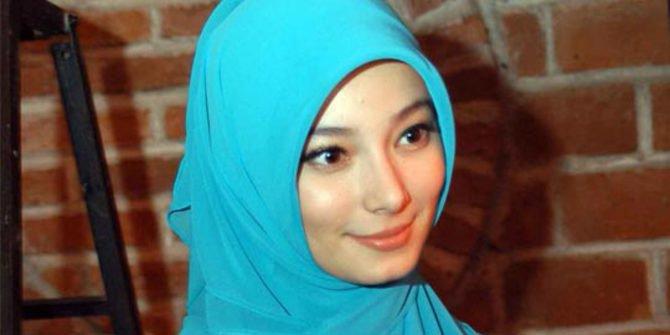 Ini 6 Artis Non-Muslim yang Tampil Cantik Saat Berjilbab