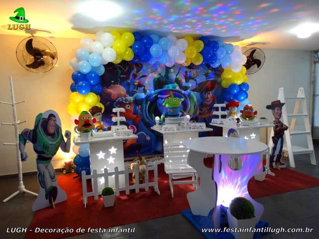Mesa decorada com o tema Toy Story para festa infantil - decoração para aniversário masculino realizado na Barra RJ