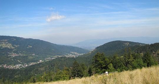 Wylot doliny Żylicy na Kotlinę Żywiecką, za którą widać Beskid Mały.