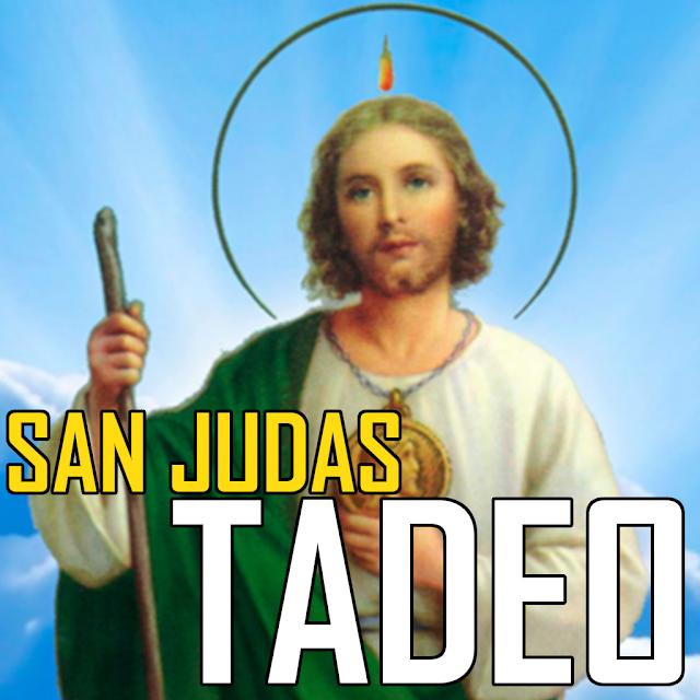 San Judas Tadeo en ropa blanca con capa verde sostiene su basto y tiene una aureola en la cabeza.