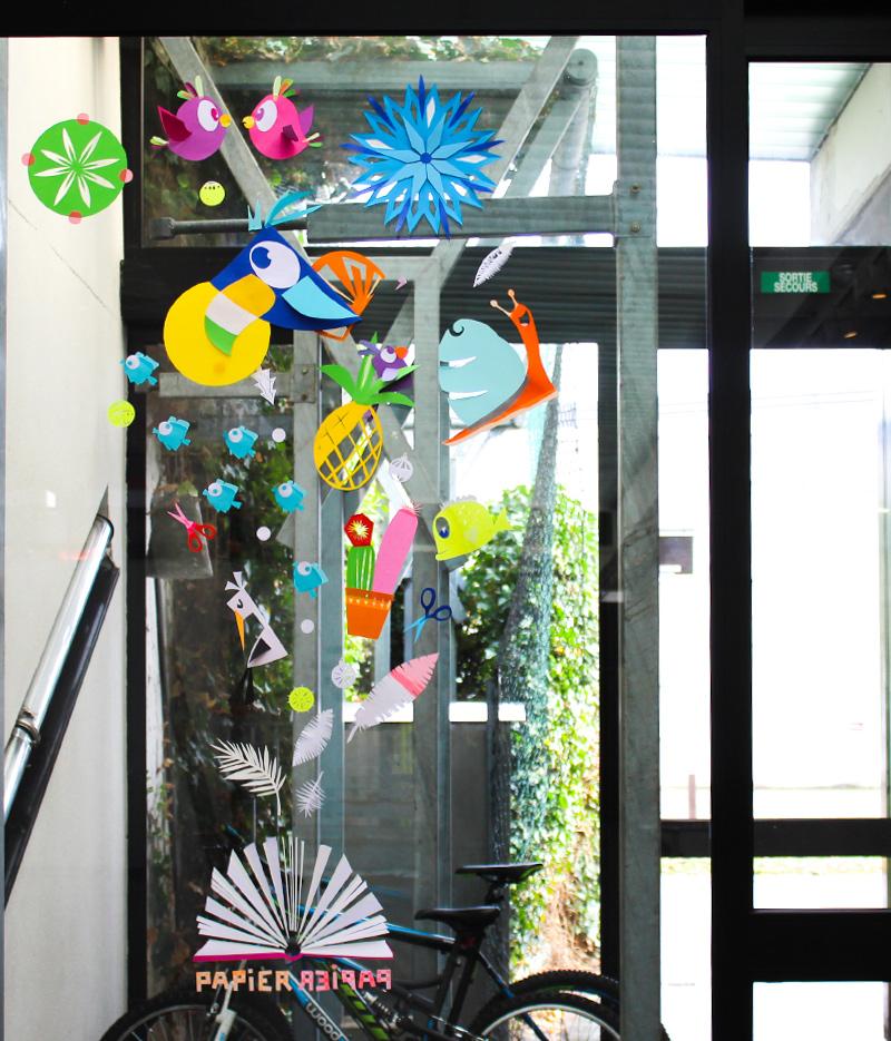Fresque vitrine médiathèque en papier découpé