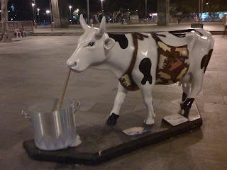 Esculturas muy coloridas de vacas.