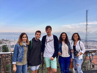 Retrato de gente desde el mirador del Tibidabo en Barcelona