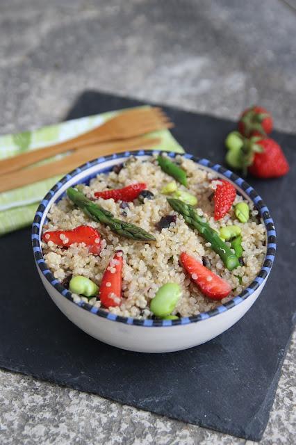 Cuillère et saladier : Salade de quinoa printanière au tartare d'algues (fraises, asperges,fèves)