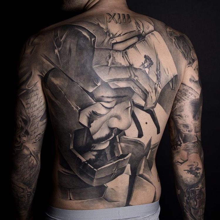 tatuaje en la espalda de un hombre, es un tatuaje de iron man el tatuaje es super realista