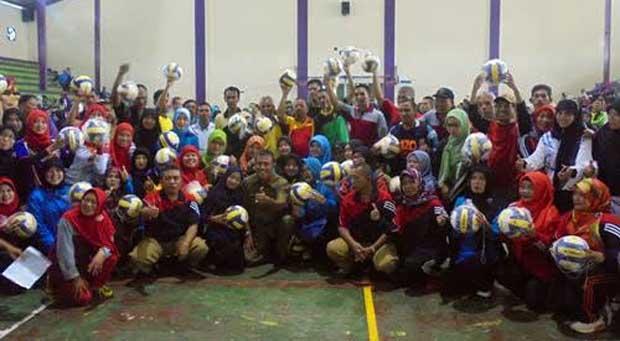 Ketua Pengkab PBVSI Ciamis Berikan Bantuan Bagi Para Juara Turnamen Bola Voli