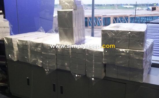 KOTAK MAKANAN :  Tumpukan kotak kotak snack yang sudah dipersiapkan untuk para penumpang yang belum dapat khusus untuk penumpang  Garuda Indonesia tujuan Jakarta - Pontianak Economy Class Flight GA508 penerbangan pukul  17.10 WIB yang delay 1 jam.  Foto Asep Haryono