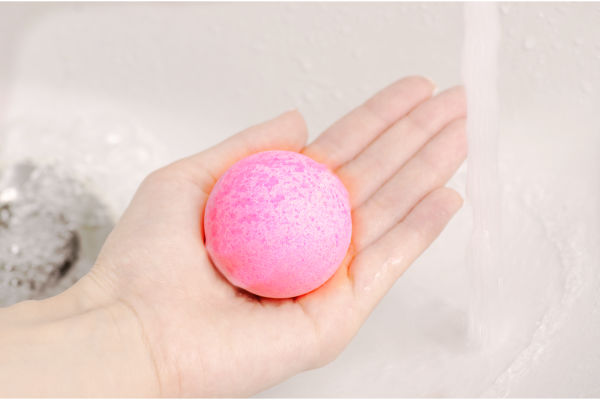 Make bath bombs at home following this easy recipe tutorial!  These are so fun for kids they will want to make bath boms again & again! #bathbomsdiyrecipes #bathboms #bathbombrecipe #bathbombs #bathbombsrecipe #howtomakebathbombs #makebathboms #recipeforbathboms #bathbombsdiyrecipes