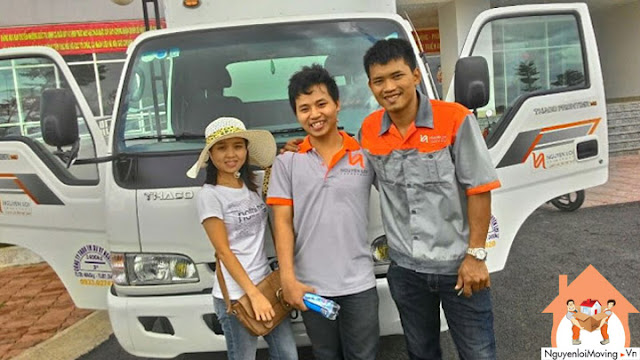 Chụp hình cùng khách hàng thuê taxi tải
