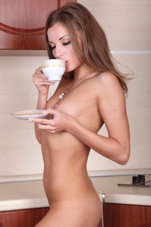 Красивые девушки пьют кофе