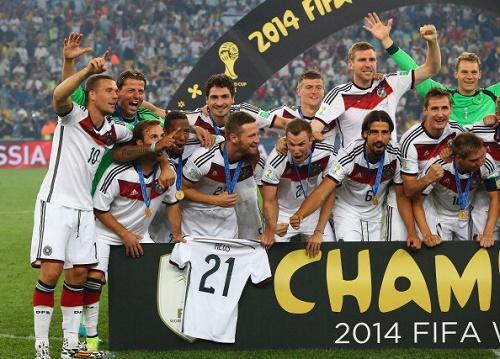 Goetze cầm chiếc áo của cầu thủ Reus sau khi Đức vô địch World Cup 2014