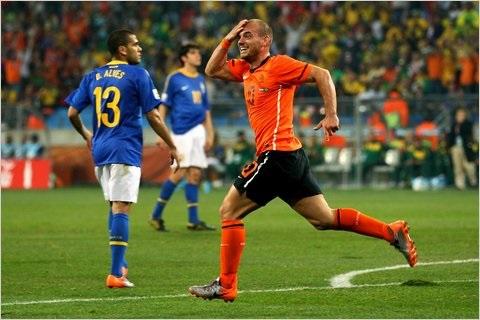 Sneijder ăn mừng với bàn thắng của mình