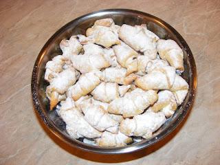 retete dulciuri si deserturi de casa reteta cornulete fragede cu gem si nuca,