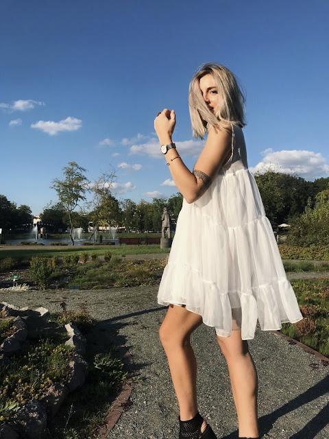 Zatrzymać lato biała zwiewna sukienka od Pola Rudnicki letnia sukienka projektu PolaRudnicki piękna kolekcja jesienna letnia stylizacja projektantka projekty sukienki piękne tkaniny Silvia dress blondynka blogerka blog o modzie pasjonatka  stradivarius Marc jacobs Moschino