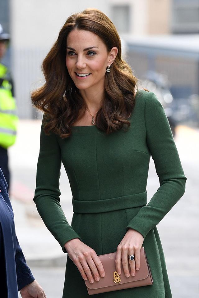 Kate Middleton hosszú vékony lábait is megmutatta ebben a csinos ruhában