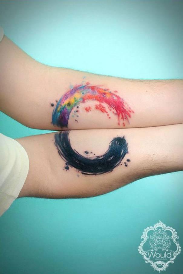 Vemos un colorido tatuaje de simbolo budista
