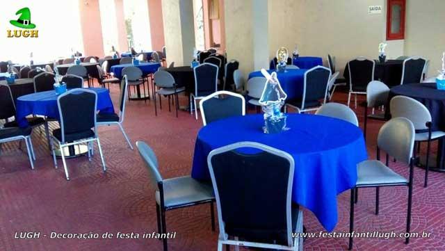Toalhas e enfeites de centro para as mesas dos convidados