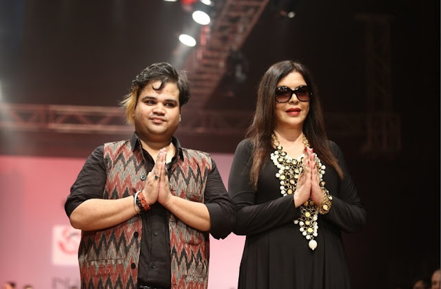 Bollywood Actress Zeenat Aman walked ramp for Jewellery Designer Akassh K Aggarwal at India Runway Week (4)