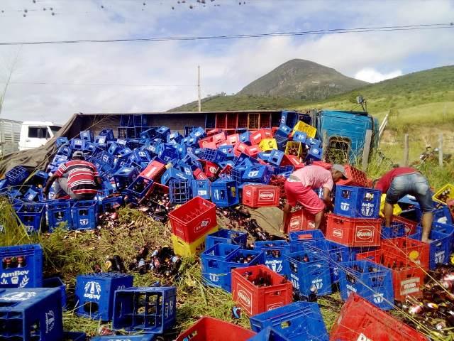 Chapada: Caminhão carregado de garrafas de cerveja tomba em Ruy Barbosa