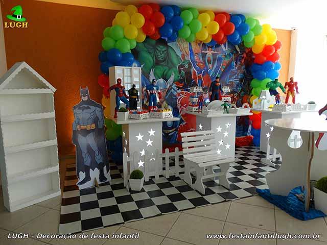 Mesa de parabéns decorada com Super-Heróis - festa infantil
