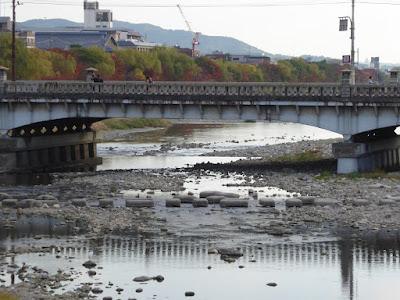 京阪出町柳駅周辺の加茂川 飛び石