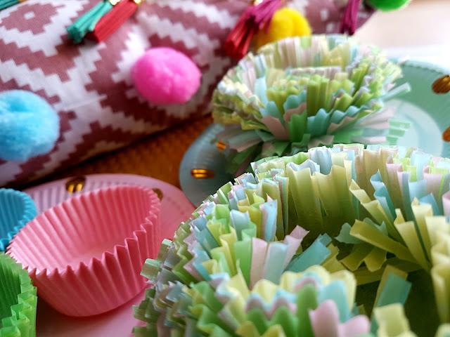 Jak zrobić pompony z papilotek do muffinek ? - Jak zrobić kwiaty z papilotek do muffinek ? - Kwiaty DIY na Dzień Kobiet - dekoracja DIY - ozdoba DIY - ozdoba dziecięcego pokoju - przyjęcie urodzinowe dla dziecka - kinderbal - parenting - blog parentingowy