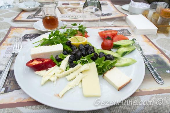 Naturköy'ün peynir tabağı bir sürü yöresel kaliteli peynirden oluşuyor, Sapanca