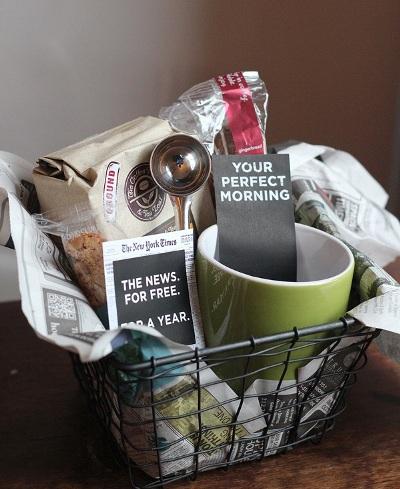 Kado tepat untuk penyuka kopi. Berisi kopi dan semua perlengkapan untuk minum kopi.