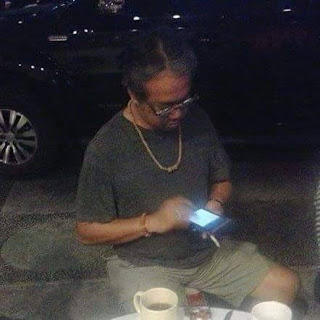 Butet Kertaradjasa artis Indonesia, bintang utama serial Sentilan Sentilun di Metro TV memakai gelang dan kalung jenitri