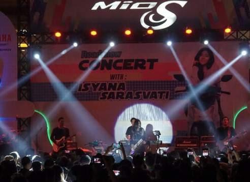 Isyana_dan_Mio_S_di_Surabaya_2018