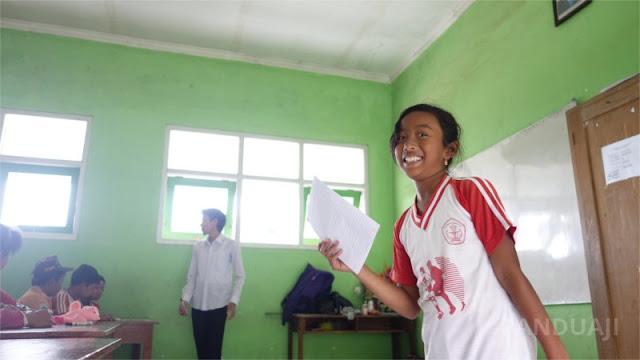 Salah satu siswi SDN Ngadirenggo 4 Bercerita di depan