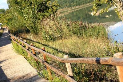Camino junto al embalse de Terradets
