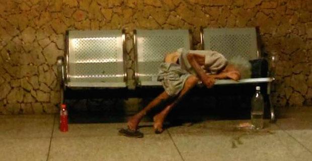 Familiares abandonan a una abuela en el Terminal de Maracaibo y la dejaron morir allí