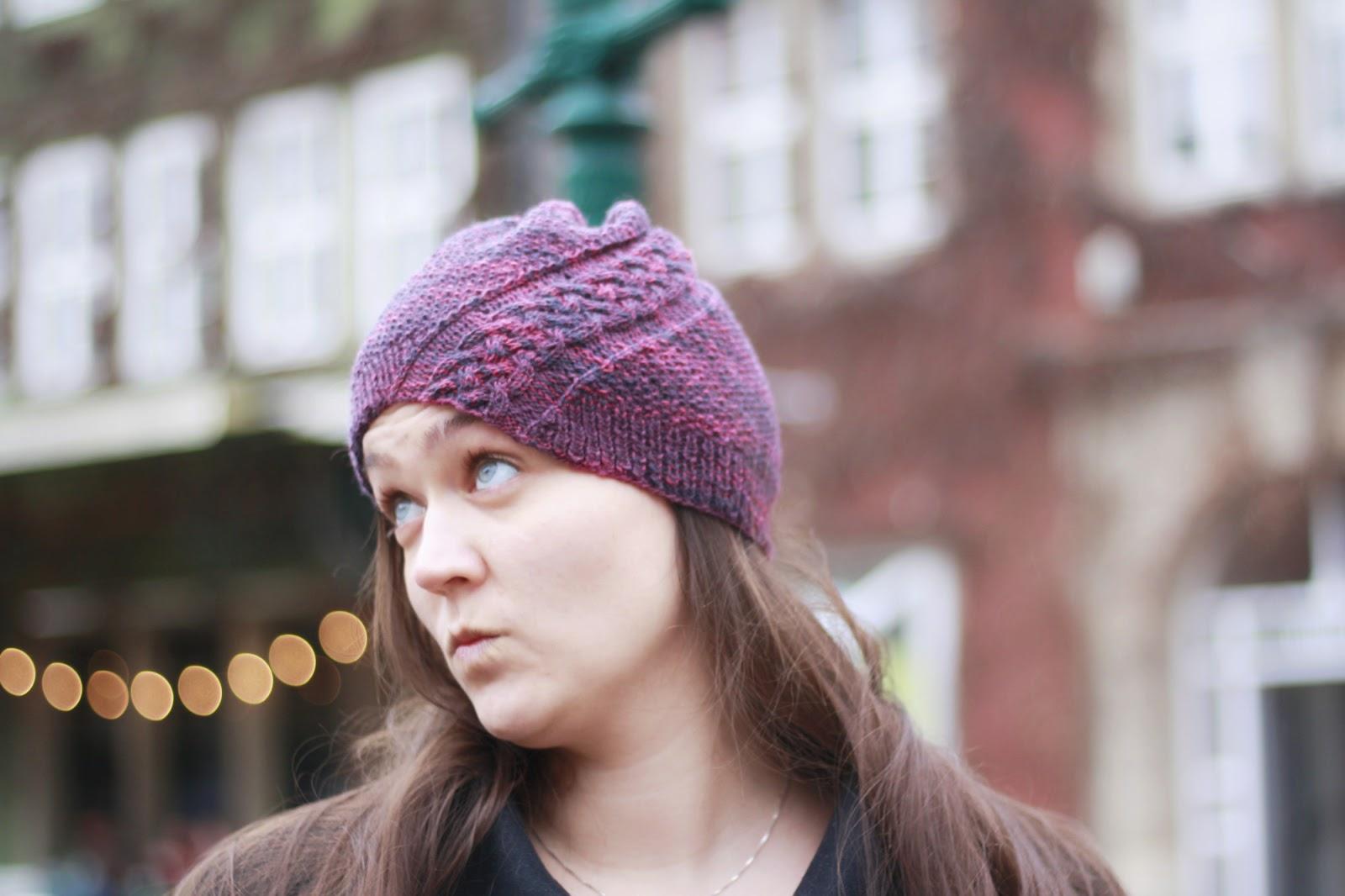 Mütze Trena von Caros Fummeley - Zopfmuster-Mütze aus Sockenwolle gestrickt