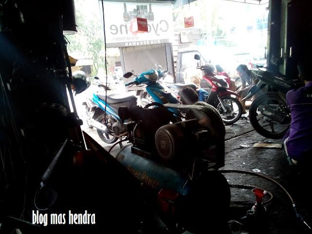 Suasana Bengkel Motor di Benhil - Blog Mas Hendra