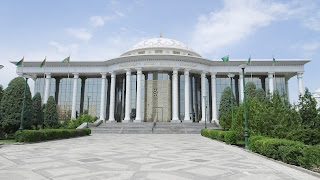 Turkmenistans Libarary has hundreds of exemplars of the presidents own written book