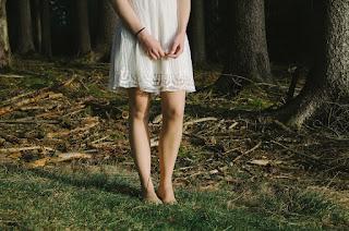 barefoot grass grounding