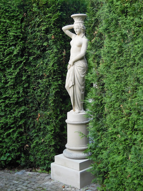 klasyczna rzeźba w ogrodzie