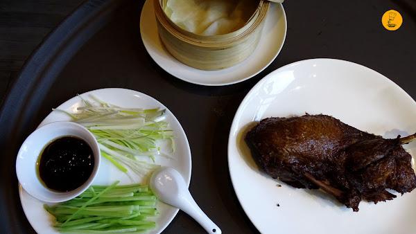 pato crujiente al estilo Pekín servido con sus crepes, verduras y salsa hoisin Café Saigon, pato Pekín Café Saigon, cocina asiática Madrid, Café Saigon Madrid.