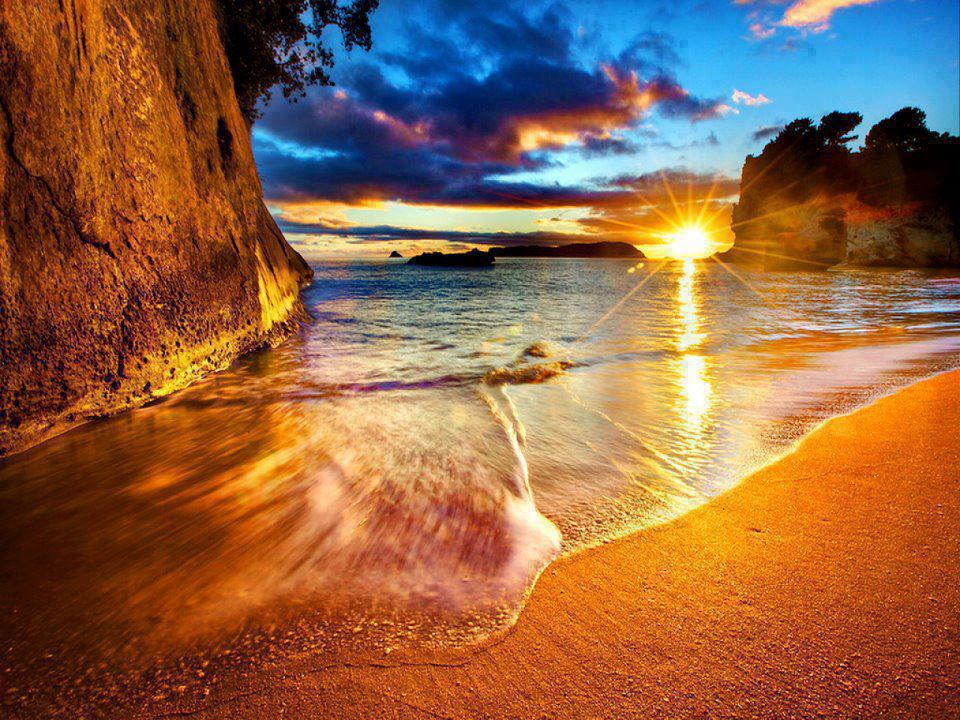 Pemandangan Matahari Terbenam di Tepi Pantai  Gambar