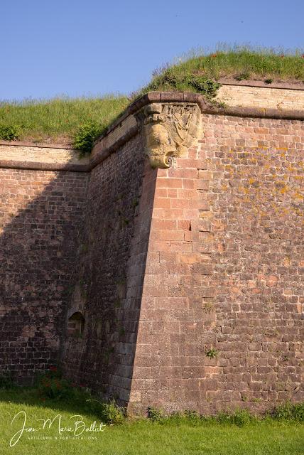 Neuf-Brisach — La console et l'appareillage soigné du petit-flanc de courtine gênent l'escalade mais aussi la descente (i.e. la désertion)