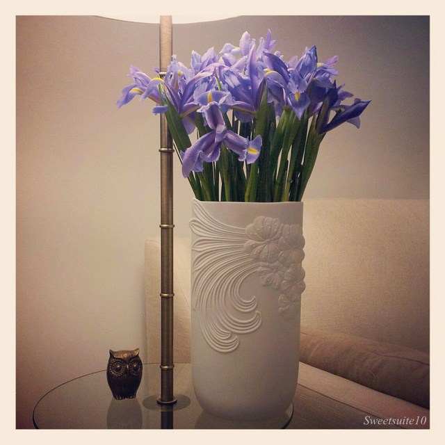 Tall kaiser vase with purple flowers