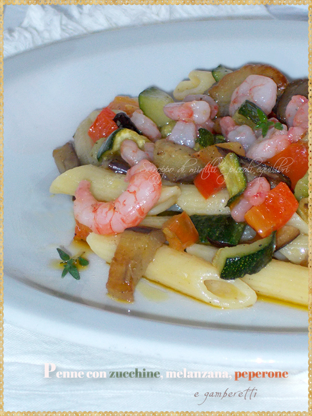Penne con zucchine, melanzana, peperone e gamberetti