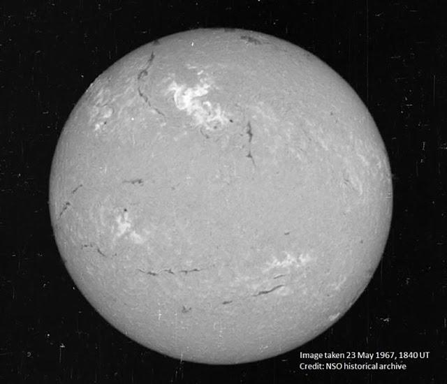 Bề mặt Mặt Trời vào ngày 23/5/1967 với khu vực sáng màu ở gần giữa hình là nơi những đợt phun trào mạnh mẽ diễn ra. Credit: Kho lưu trữ lịch sử NSO.