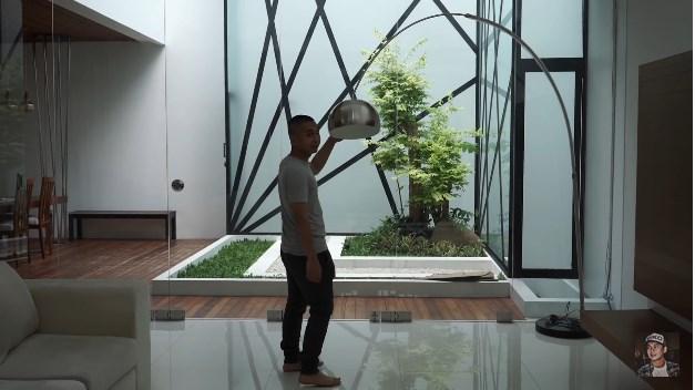 taman minimalis dalam rumah Raditya Dika