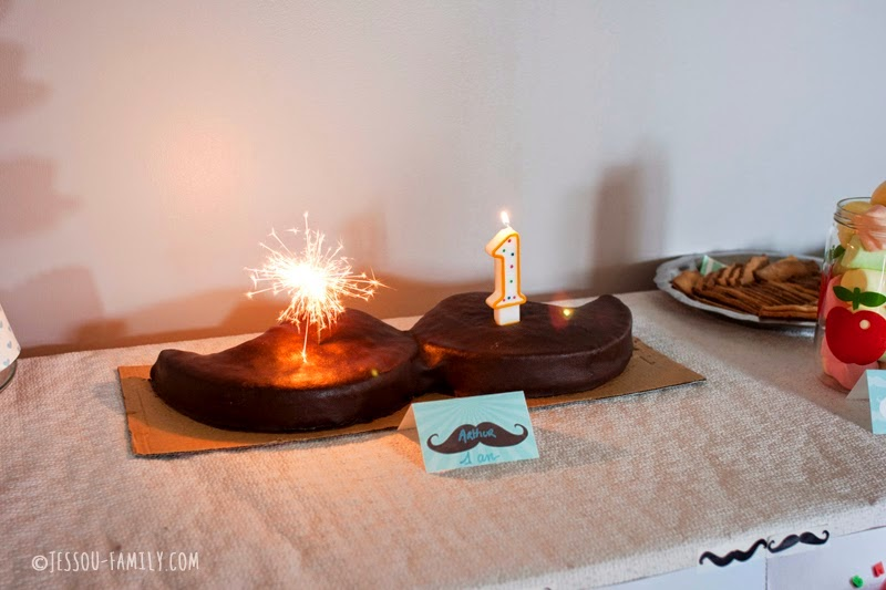 gateau en forme de moustache bougie 1 an