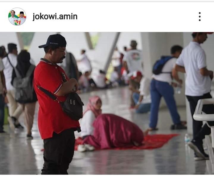 Foto Shalat di GBK Saat Kampanye 01, Netizen Sampaikan Komentar Kritis