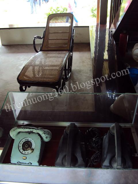 Nhà sàn Bác Hồ: Chiếc ghế dài Bác thường nghĩ lưng buổi trưa để xem tài liệu, đọc sách báo